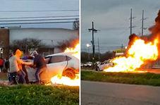 بیرون کشیدن راننده زن از داخل خودروی در حال سوختن