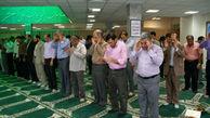 آیا نماز خواندن کارمندانی که ارباب رجوع دارند درست است؟