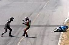 درگیری عجیب دو موتورسوار در پیست مسابقه