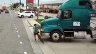 کشنده تریلی مرد دوچرخه سوار را نقش بر زمین کرد + فیلم