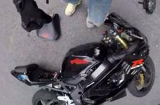 برخورد وحشیانه موتورسوار با خودرویی که مسیرش را بسته بود