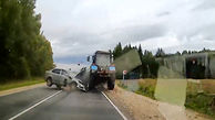 لحظه شاخ به شاخ یک خودرو با تراکتور
