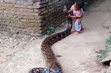 تفریح خطرناک پسر خردسال اندونزیایی!
