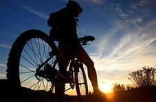 نوجوانی که تلاش دارد رکورد دوچرخه سواری را برعکس ثبت کن