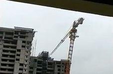 سقوط جرثقیل ساختمانی بر روی خانهها بر اثر وزش باد شدید