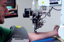 آزمایش موفق اولین رباتی که از انسان خون میگیرد