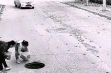 حرکت زیبای دو کودک برای جلوگیری از آسیب رسیدن به خودروها
