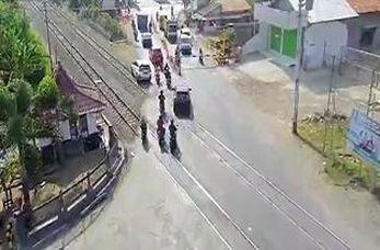 له شدن یک خودرو پس از گیر کردن بر روی ریل قطار