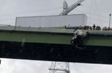 نجات دادن راننده کامیون آویزان از پل در آمریکا!