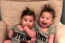 واکنش خندهدار دوقلوهای کوچک به سشوار