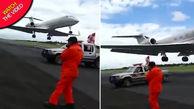 لحظه دلهرهآور عبور هواپیما از فاصله چند متری کارگر فرودگاه!