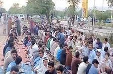 سفرههای خیابانی افطار در پاکستان