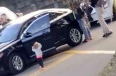 پلیس آمریکا روی دختر بچه ۲ ساله اسلحه کشید
