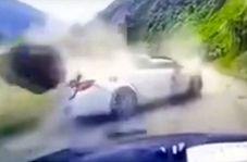 صحنه وحشتناک از ریزش کوه روی خودرو در جاده