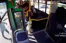 صحنه وحشتناک پرش مادر و فرزند از اتوبوس