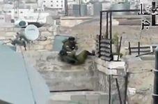 ناتوانی سرباز صهیونیست برای بالا رفتن از دیوار کوتاه